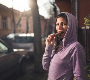 Vrouw Energiereep Bar Voeding Istock
